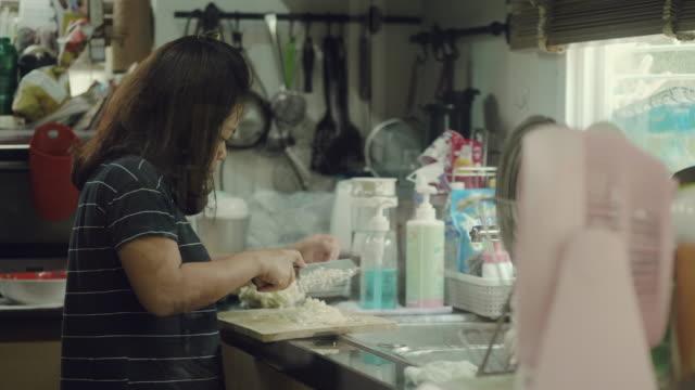 vorbereitung von gemüse in der küche - natürliches haar stock-videos und b-roll-filmmaterial