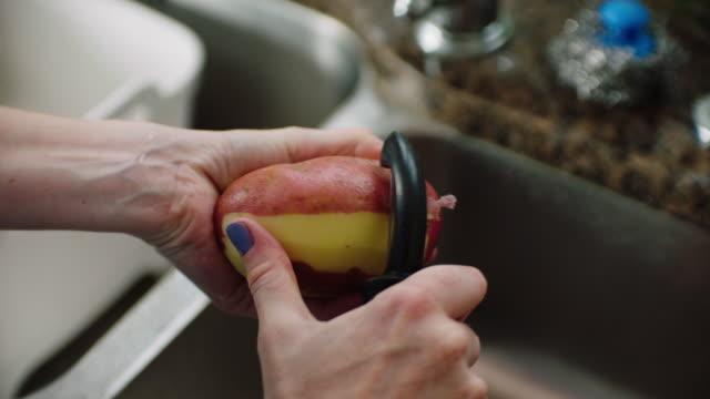 vidéos et rushes de preparing vegetables - pomme de terre rouge