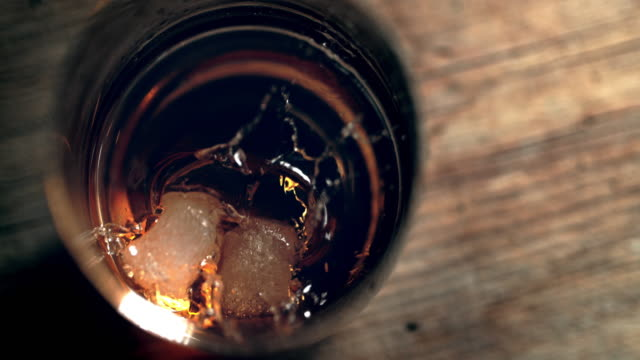 stockvideo's en b-roll-footage met slo mo voorbereiding van whisky op de rotsen - cocktail