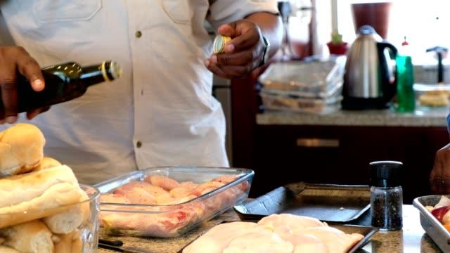 vídeos de stock, filmes e b-roll de preparring o almoço familiar - preparando comida