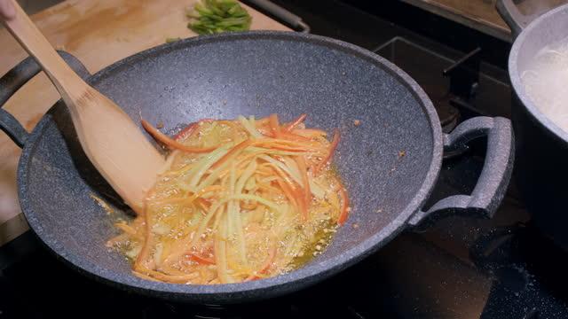 """アジア料理を家庭で食べ続けなさい """"麺"""" 野菜 - テナガエビ点の映像素材/bロール"""