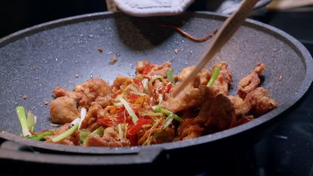 """自宅でアジア料理を食べ続けなさい """" 麺 """" - テナガエビ点の映像素材/bロール"""