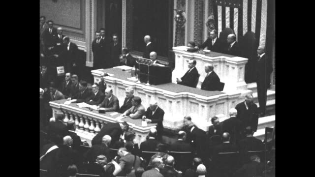 vídeos y material grabado en eventos de stock de pres. calvin coolidge arrives in the house or representatives chamber and takes his seat at the rostrum; vice president charles gates dawes... - united states congress