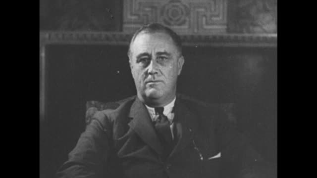 vídeos y material grabado en eventos de stock de us pres franklin d roosevelt sitting and facing camera / closer view of roosevelt sitting and facing camera waving us flag appearing superimposed... - franklin roosevelt