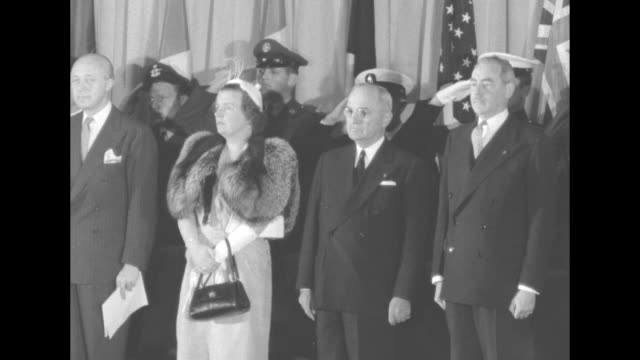 vidéos et rushes de us pres harry truman returning to seat on stage after finishing speech with queen juliana of the netherlands standing to his right us secretary of... - officier grade militaire