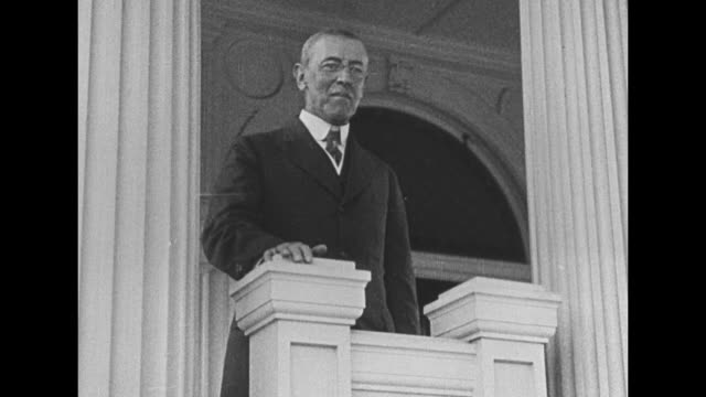 vídeos y material grabado en eventos de stock de pres woodrow wilson speaks framed by two fluted white columns / note exact month/day not known - woodrow wilson
