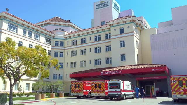 vídeos y material grabado en eventos de stock de presbyterian medical center hospital main entrance to emergency room and paramedic fire department trucks in los angeles, california, 4k - hollywood california