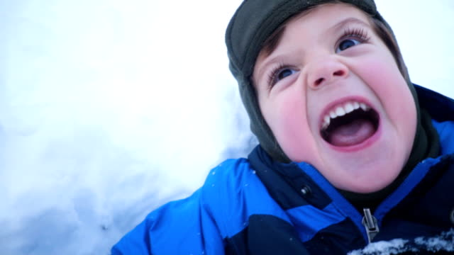 preschool boy playing in the snow - solo un bambino maschio video stock e b–roll