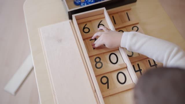 vorschulkinder genießen zeitgemäße zeit im kindergarten-klassenzimmer - number 6 stock-videos und b-roll-filmmaterial