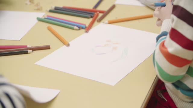 vídeos y material grabado en eventos de stock de 4 k: escuela preescolar niños para colorear y dibujar. - sacapuntas