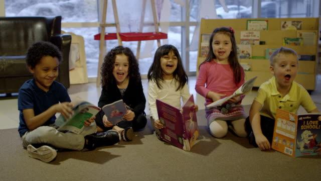 Escuela preescolar niños con libros