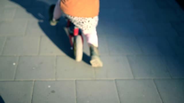 vorschulmädchen fährt fahrrad - pavement stock-videos und b-roll-filmmaterial