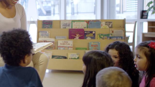 vorschulalter geschichten zeit - kinderbetreuung stock-videos und b-roll-filmmaterial