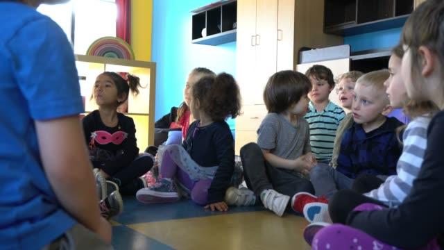 就学前の学生ペーパークラフトリトルヒーロー学習 - 園児点の映像素材/bロール
