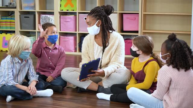 preschool teacher, students in class, wearing masks - 4 5 years stock videos & royalty-free footage