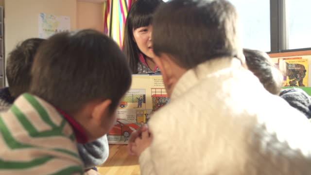 Vorschulalter Lehrer im Klassenzimmer unterrichten Kinder