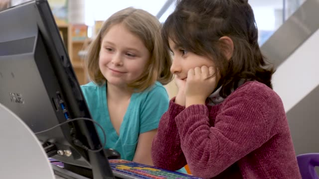 preschoolers learning how to use a computer - educazione video stock e b–roll