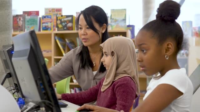 preschoolers learning how to use a computer - educazione secondaria di scuola media video stock e b–roll