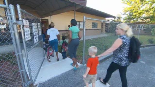 vídeos y material grabado en eventos de stock de preschoolers walking with parents to head start preschool in chicago on jan 6 2015 - niño pre escolar