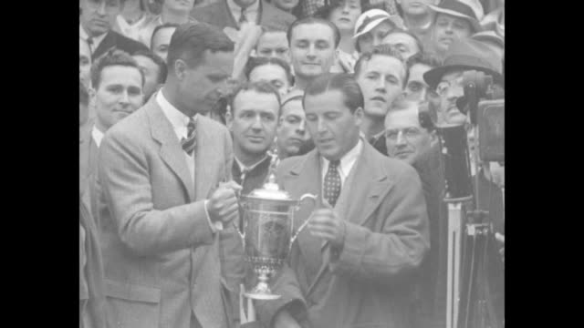 ms prescott bush president of the american golf association presents trophy cup to sam parks / cu parks sot all my life i've had in mind trying to... - the open championship stock-videos und b-roll-filmmaterial