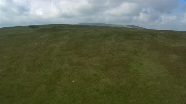 stockvideo's en b-roll-footage met low aerial, preseli mountains, pembrokeshire, wales - pembrokeshire