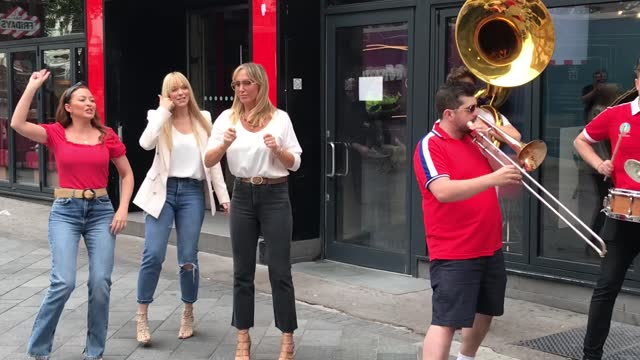 present band members of atomic kitten, natasha hamilton and liz mcclarnon and former member jenny frost dance along with the hyde park brass band,... - リズ・マクラーノン点の映像素材/bロール