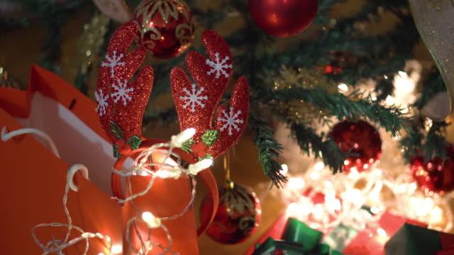 stockvideo's en b-roll-footage met presenteren door de kerstboom - softfocus