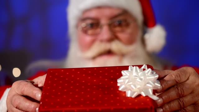 geschenk für sie - weihnachtsmütze stock-videos und b-roll-filmmaterial