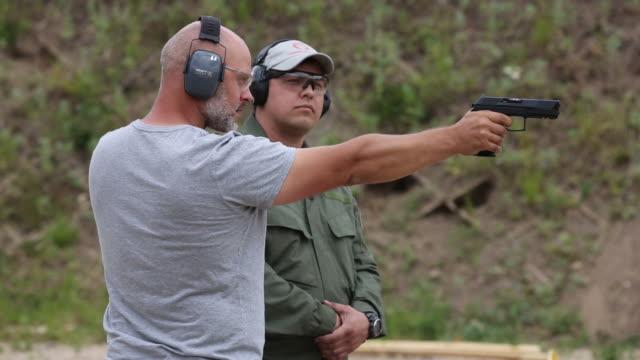 vídeos de stock e filmes b-roll de presentation of a new udav 9mm sp pistol manufactured by tsniitochmash a unit of of rostec state corp during the army2019 forum near kubinka russia... - protetor de ouvido