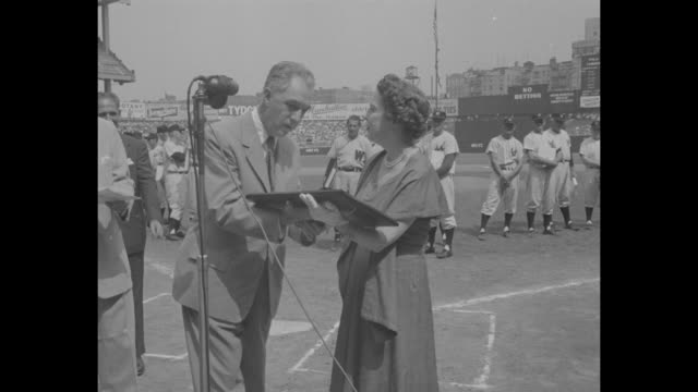 ws presentation of lou gehrig award to eleanor gehrig lou gehrig's widow at yankee stadium retired yankees and native new yorker baseball players... - plakette stock-videos und b-roll-filmmaterial