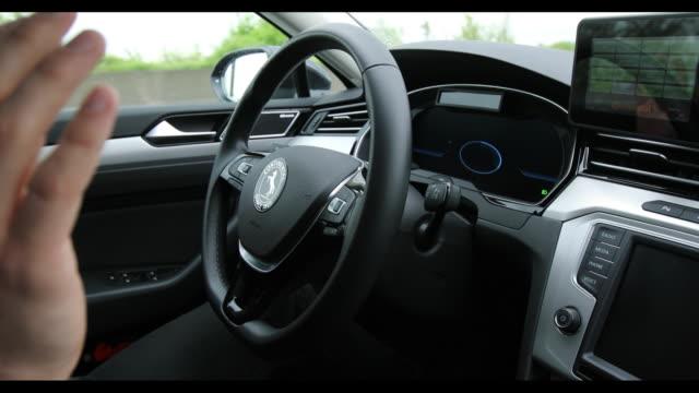 vídeos de stock, filmes e b-roll de presentation of the cruising chauffeur of continental ag on autobahn a2 hanover germany on wednesday april 25 2018 - passear sem destino