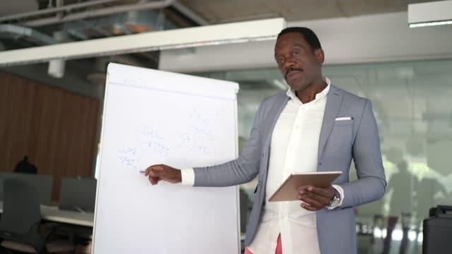presentazione online, video meeting con i colleghi - strategia di vendita video stock e b–roll