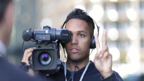 tv presenter being counted in by cameraman - filma bildbanksvideor och videomaterial från bakom kulisserna
