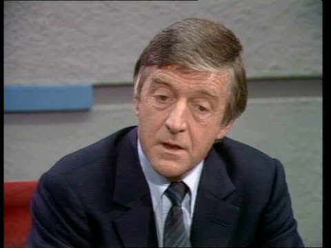 presenter michael parkinson press conference; england: london: camden lock: tv-am: lms michael parkinson zoom as he enters office michael parkinson... - mp stock-videos und b-roll-filmmaterial