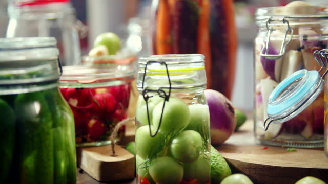 vídeos y material grabado en eventos de stock de conservación de hortalizas orgánicas en frascos - hecho en casa