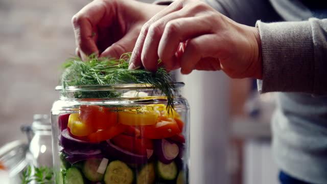 瓶に有機野菜を維持します。 - 缶詰にする点の映像素材/bロール