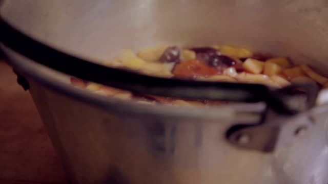 stockvideo's en b-roll-footage met preserving pan with boiling apples and plums - huishuidkunde