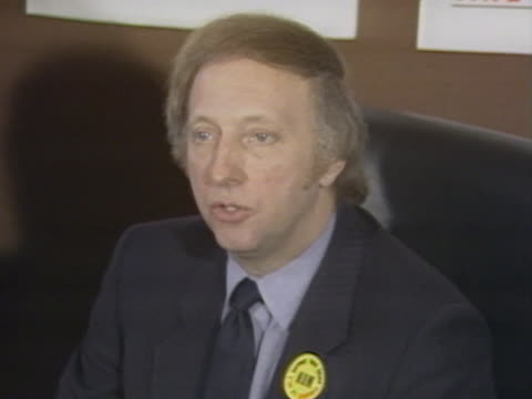 vidéos et rushes de president, arthur scargill talks about the num's decision to officially recognise the miners strikes in yorkshire and scotland during a press... - grève