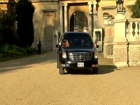 president barack obama and first lady michelle obama arrive at buckingham palace by motorcade to attend royal reception 2 april 2009 - first lady stock-videos und b-roll-filmmaterial