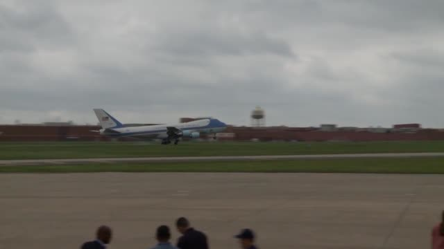 vidéos et rushes de president barack obama arrived at tinker air force base oklahoma aboard air force one to get a first hand view of the destruction caused by the... - armée de l'air