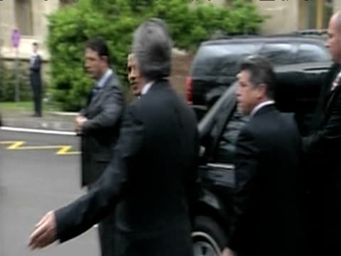 stockvideo's en b-roll-footage met president barack obama arrives at eu us summit prague 5 april 2009 - geheime dienstagent