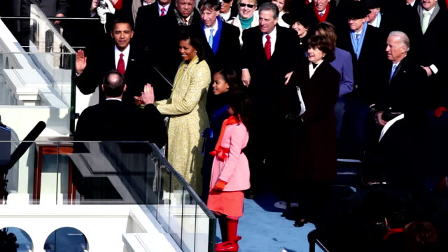vídeos de stock, filmes e b-roll de president barack obama being sworn by chief justice john g roberts at inauguration with wife michelle and daughters sasha and malia at his side /... - tomada de posse