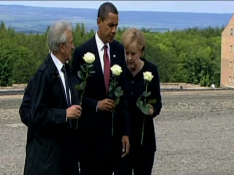 president barack obama german chancellor angela merkel and two second world war veterans lay white roses at buchenwald concentration camp 03 june 2009 - campo di concentramento di buchenwald video stock e b–roll