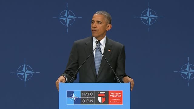 s president barack obama holds a press conference after the nato summit at the national stadium in warsaw poland on july 09 2016 - conferenza stampa video stock e b–roll