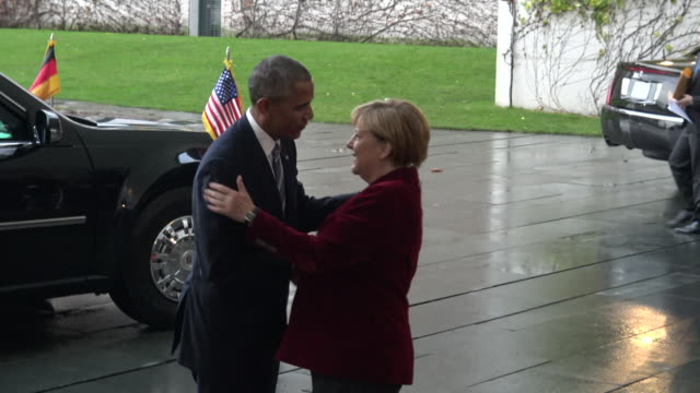 us president barack obama is greeted by german chancellor angela merkel upon arrival at the chancellery on november 17 2016 in berlin us president... - アンゲラ・メルケル点の映像素材/bロール
