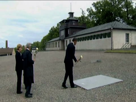 president barack obama lays single white rose on plaque at buchenwald concentration camp 03 june 2009 - campo di concentramento di buchenwald video stock e b–roll