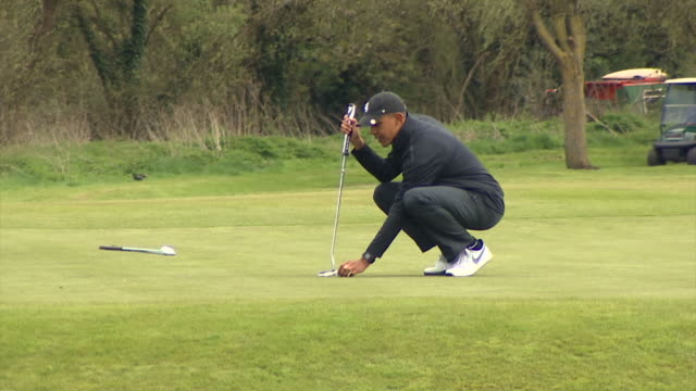 US President Barack Obama missing a putt during a round of golf with Prime Minister David Cameron before jokingly saying 'I was robbed'