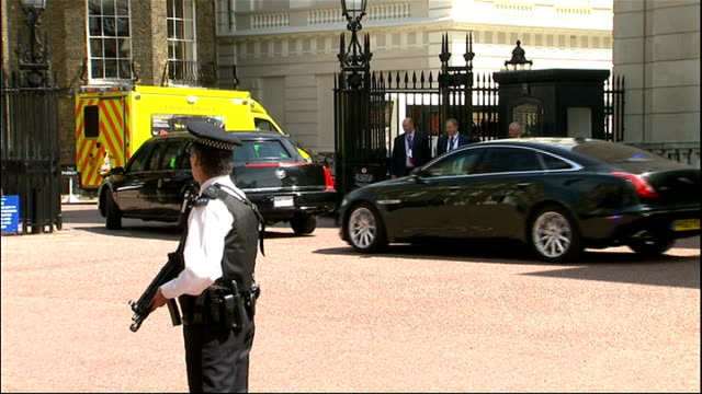 day 2 motorcade from lancaster house to buckingham palace england london ext barack obama and david cameron mp departing lancaster house and getting... - motorcade stock videos & royalty-free footage