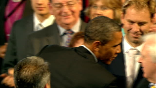 vídeos y material grabado en eventos de stock de day 2 speech at westminster * * music heard during the following shots sot * * high angle shot of audience applauding sot / obama standing with... - tom hanks