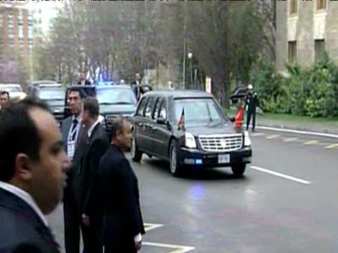 stockvideo's en b-roll-footage met president barack obama's motorcade arrives at eu us summit prague 5 april 2009 - geheime dienstagent